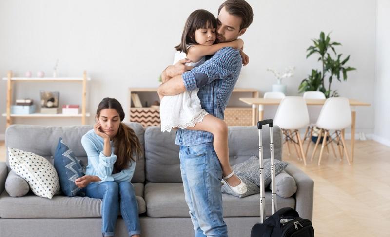 Der einstige Familienvater ist nun noch ein Gast im Leben der Tochter, die anfangs enge Beziehung zerbricht.