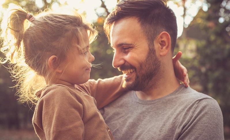 Nun stellt sich die Frage, ob ein Vaterersatz möglich ist. Kann ein anderer Mann die übliche Vater Tochter Beziehung ersetzen?