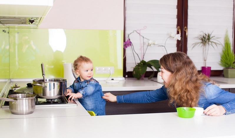 Einen hundertprozentigen Schutz vor Verbrennungen gibt es leider nie. Dennoch können Eltern einige Maßnahmen ergreifen, die das Risiko für schwere Verbrennungsunfälle bei Babys und Kindern verringern.