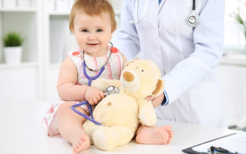 Schwere Verbrennungen gehören auf jeden Fall in ärztliche Behandlung, das Baby oder Kind sollte ins Krankenhaus.