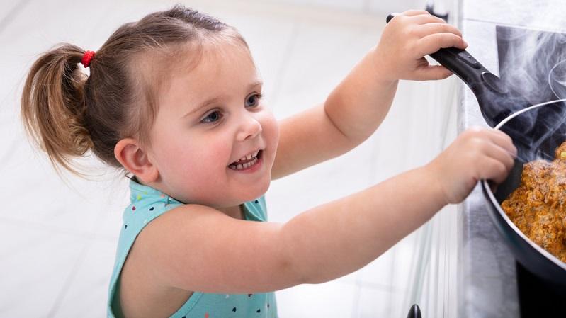 Egal, wie leicht oder schwer die Verbrennung oder Verbrühung bei Babys und Kindern auch ist – die wichtigste Regel lautet immer: Ruhe bewahren.