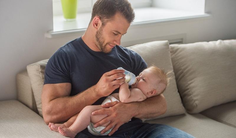 Aus diesem Grund ist es eine Überlegung wert, dem Kind vor dem Schlafengehen noch ein Fläschchen zu geben. Das stellt sicher, dass es genügend Vorräte hat, um mehrere Stunden am Stück zu schlafen.