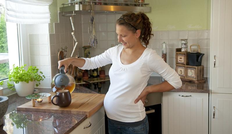 Viele Hebammen kennen ein altes Hausmittel: Himbeer- oder Brombeerblättertee. Die darin enthaltenen Wirkstoffe sollen den Muttermund weichen und damit wehenbereit machen.
