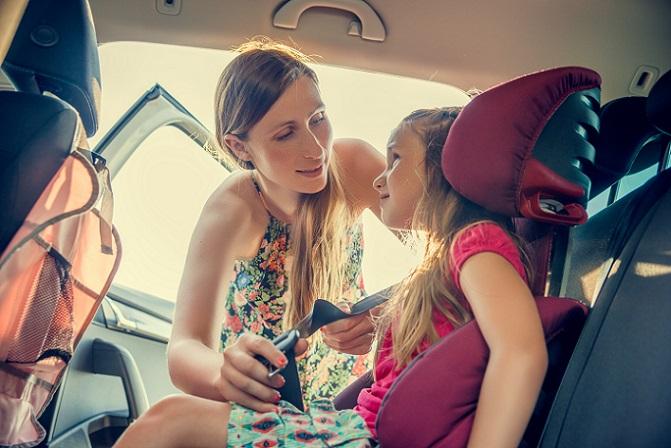 Bei der Suche nach dem richtigen Kindersitz spielt es ebenfalls eine Rolle, wie er im Auto installiert werden soll. Hier gibt es zwei verschiedene Möglichkeiten. Die erste Möglichkeit ist die Installation mit den Gurten. (#02)