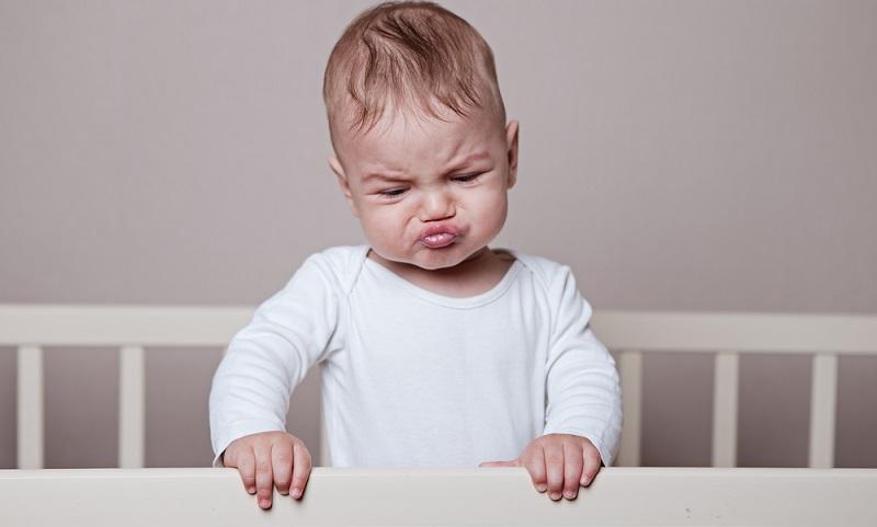 Ähnlich wie das Gehen müssen Kinder auch beim Schlafen lernen, nicht aus dem Bett zu fallen.  ( Foto: Shutterstock-Ecaterina Glazcova)