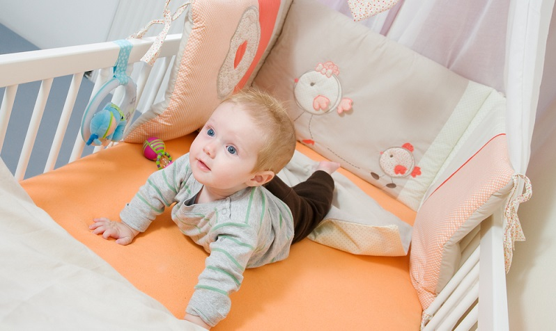 Ein normales Gitterbett hat die Größe 60 x 120 cm oder 70 x 140 cm. ( Foto: Shutterstock-afitz)