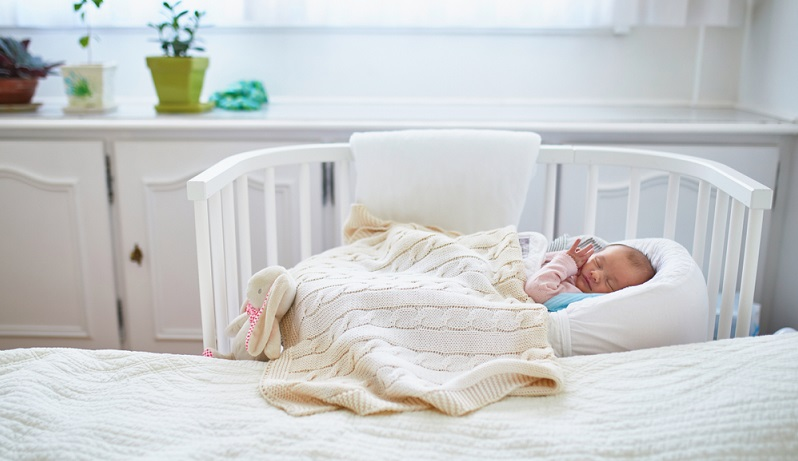 Gitterbett von Geburt an ganz nahe bei den Eltern. Nur wie lange sollte dies der Fall sein? ( Foto: Shutterstock-Ekaterina Pokrovsky)