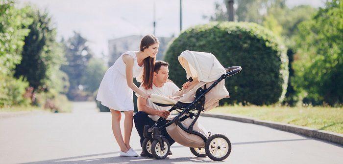 Wie lange darf ich mit dem Baby spazieren gehen? So wird der Spaziergang mit dem Zwerg perfekt und safe! (Foto: Shutterstock-_Stock-Studio)