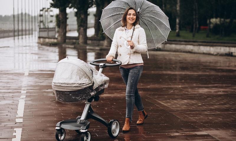 An einem nasskalten Herbsttag hingegen wird das Baby besser nur zum Spaziergang mit nach draußen genommen, ein bis zwei Stunden jeweils am Vor- und am Nachmittag sind dann ausreichend.   ( Foto: Shutterstock-PH888)