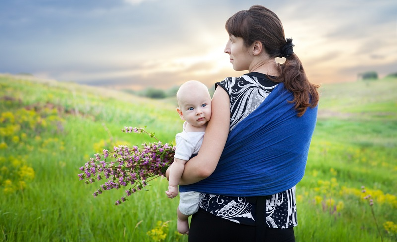Das Tragetuch wird auch von Hebammen als Hilfe für überforderte Eltern empfohlen, wenn sich das Kleine gar nicht beruhigen lassen will.  ( Foto: Shutterstock-Viktor Gladkov)