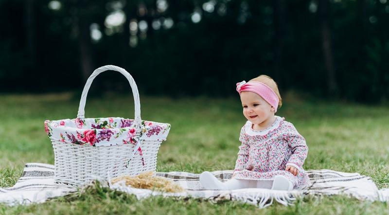 Wer mit dem Baby auf der Krabbeldecke liegen möchte, sollte diese unbedingt im Schatten ablegen.  (Foto: Shutterstock-VHarasymiv)