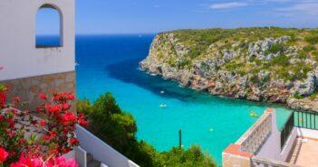 Das Glückshotel Menorca buchen und in die Cala Porta abtauchen. Am besten gleich mit dem Fallschirm aus dem Flugzeug heraus. Wenn da nur das Reisegepäck nicht wäre...