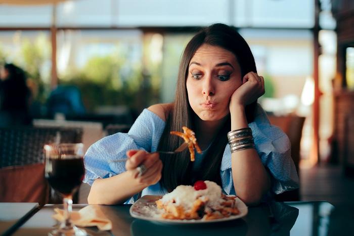 BU: Was darf ich noch essen? Schwangerschafts-Apps können bei solchen Fragen schnelle Hilfe bieten. (Foto: shutterstock.com / Nicoleta Ionescu)